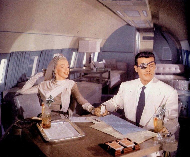 """1953 """"How to marry a millionaire"""" (Comment épouser un millionnaire) de Jean NEGULESCO / Scène où Marilyn rêve dans le film / A NOTER / un prologue étonnant montrant pendant 5 minutes le grand orchestre de la Fox dirigé par Alfred NEWMAN et interprétant """"Street scenes"""". Un """"cadeau"""" de la Fox aux amateurs de musiques de films et surtout une démonstation du CinemaScope puisque l'orchestre s'étale sur toute la largeur de l'image : le spectacle est effectivement imposant sur grand écran. """"Comment épouser un millionnaire"""" est d'ailleurs le premier film tourné en CinemaScope (tourné peu avant """"La Tunique"""", le peplum d'Henry KOSTER qui fut toutefois le premier a être distribué)."""