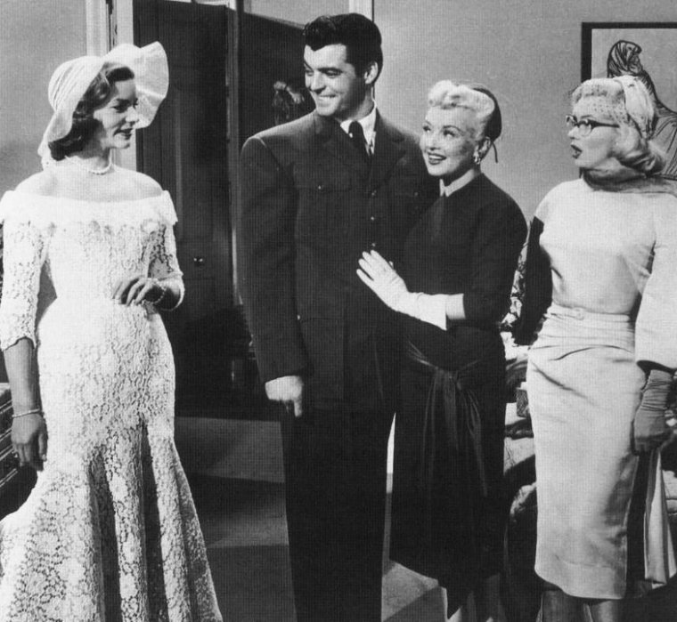 "1953, avant-dernière scène du film ""How to marry a millionaire"" (Comment épouser un millionnaire) de Jean NEGULESCO, où Schatze as Lauren BACALL se marie sous la bénédiction de ses deux amies, Pola as Marilyn et Toc-Toc as Betty GRABLE."