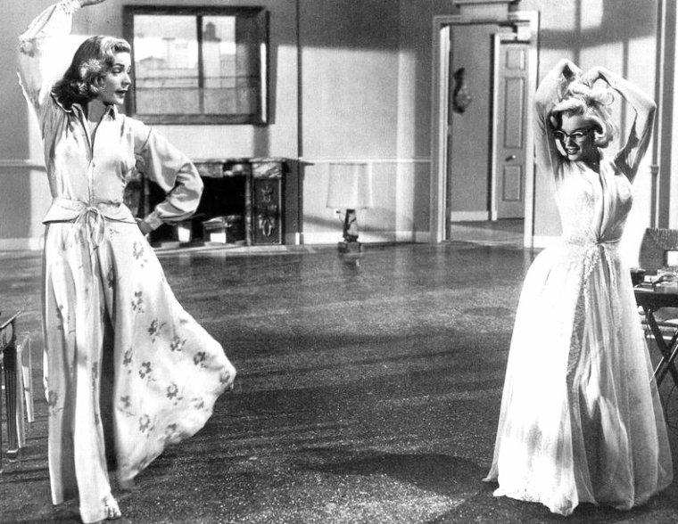 """Suite des covers engendrées par le film """"How to marry a millionaire"""" (1953) (Comment épouser un millionnaire) de Jean NEGULESCO / photos de scènes coupées au montage du film / Marilyn posant pour une publicité de la 3 D / Marilyn en 1953, pose sexy !"""