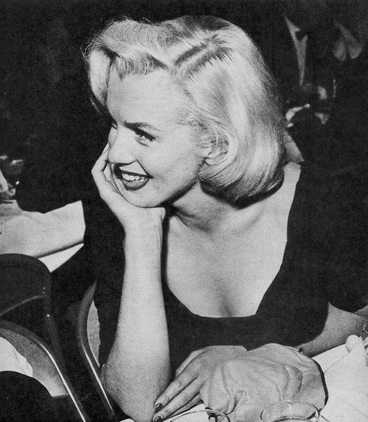 """1953, Marilyn lors d'un gala où le tout Hollywood se presse ; en effet, ce soir là elle sera accompagnée de son ami Sidney SKOLSKY qu'on ne présente plus, rencontrera le célèbre humoriste Jack BENNY, ou dansera avec le juge H PALMER du """"Hollywood Citizen News""""..."""