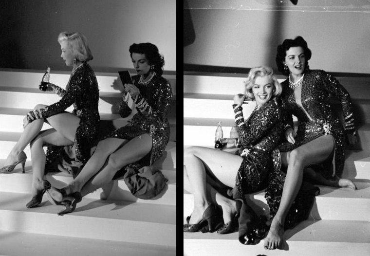 """1953, DUO de charme, DUO de choc, Marilyn et Jane RUSSELL posent pour des photos publicitaires pour le film """"Gentlemen prefer blondes"""" de Howard HAWKS."""