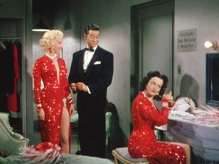 """1953 """"Gentlemen prefer blondes"""" (Les hommes préfèrent les blondes) de Howard HAWKS / CRITIQUE / Aux dirigeants de la Fox qui lui demandaient comment accélérer le tournage du film, retardé par le professionnalisme exacerbé d'une de ses actrices principales, Howard HAWKS rétorqua : « Trois merveilleuses idées : remplacer Marilyn MONROE, réécrire le scénario et changer de réalisateur. » Le studio, bien lui en prit, n'eut cure du cynisme du cinéaste : que serait en effet """"Les hommes préfèrent les blondes"""" sans l'incroyable Marilyn, sans la méchante satire du script et sans la maîtrise divine de HAWKS, qui même dans la comédie musicale, savait briller ? Les hommes ont-ils vraiment une préférence pour les blondes ? Les cinéphiles, eux, ont déjà fait leur choix. Délicieux."""