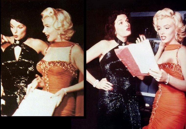 """1953 """"Gentlemen prefer blondes"""" (Les hommes préfèrent les blondes) de Howard HAWKS (photos de Marilyn et Jane sur le plateau du film, une réelle complicité les unissaient) / CRITIQUE / Cette vision semble certes un peu extrême, mais l'angle satirique adopté allié au rythme classique de ce type de réalisation contribuent idéalement à faire passer le message. Par ailleurs, les personnages masculins ne sont pas mieux lotis. Du benêt richissime au vieux pervers, en passant par le beau garçon manipulateur, leur traitement n'est pas moins burlesque et ironique. Le thème des fausses apparences est donc traité sur le même tempo et s'accorde parfaitement à la vision caricaturale qu'avait Howard HAWKS de ce type de musical. Derrière donc une comédie pimpante et millimétrée, faite pour distraire, un second film se fait jour. Une ½uvre au vrai potentiel satirique, propice à l'énonciation de vérité bien senties sur les relations hommes/femmes, mais qui ne vient jamais se situer en porte-à-faux avec l'ambition légère de départ.  Une ½uvre intelligente et enjouée qui, si elle ne permet pas de révéler toutes les richesses d'un cinéaste américain majeur, se révèle néanmoins être un pur joyau, digne des plus grandes réussites de l'usine à rêves hollywoodienne."""