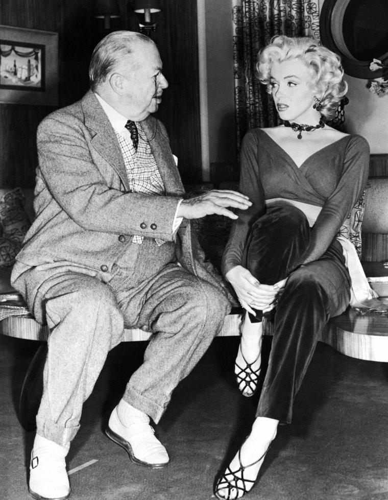 """1953 """"Gentlemen prefer blondes"""" (Les hommes préfèrent les blondes) de Howard HAWKS (photos du film, et notamment de Marilyn et Natasha LYTESS son professeur d'Art Dramatique) / COMMENTAIRE / Le choix de HAWKS de ne pas faire de scènes musicales au cours de la traversée est plutôt intéressant, laissant ainsi plus de place à l'intrigue (phénomène assez rare dans une comédie musicale de l'époque) et à la comédie. Cette pause permet également de faire ressortir le numéro suivant, où l'on retrouve les deux jeunes femmes sans le sous à la terrasse d'un café parisien, chantant pour les badauds """"When Love Goes Wrong, Nothing Goes Right"""". Cette scène qui démarre comme une lamentation devient vite une chorégraphie pleine d'entrain qui rappelle une des scènes de """"Un Américain à Paris"""" (1951). Nos deux charmantes demoiselles ainsi re-motivées se retrouvent sur les planches d'un grand musical parisien. Un rapide tour dans les coulisses nous apprend que le numéro qui va suivre est à couper le souffle, et Marilyn démarre le solo du film (où Marilyn chante le fameux """"Diamonds are a girl's best friends""""). La scène est répétée toute la nuit avec Jack COLE, tournée onze fois de suite et enregistrée directement avec l'orchestre à la demande de Marilyn, et le résultat est là. Elle maîtrise la scène à merveille et brille de mille feux, offrant des images inoubliables (pour la petite histoire, c'est la scène que choisiront de diffuser toutes les chaînes de télé américaines le jour de sa mort). Moment inoubliable pour nous, mais également pour les personnages du film puisque dans la scène suivante, Dorothy voulant imiter Lorelei reprend cette chanson dans une version beaucoup plus musclée."""