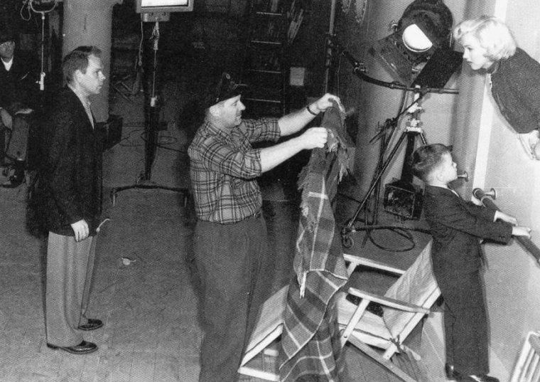 """1953 """"Gentlemen prefer blondes"""" (Les hommes préfèrent les blondes) de Howard HAWKS / A PROPOS / Lorsque la Fox acquit les droits de la pièce, le film était initiallement prévu pour Jane RUSSELL et Betty GRABLE. Mais au vu du succès de """"Niagara"""" (1953, Henry HATHAWAY) avec Marilyn, le studio changea d'avis. Car outre son nouveau satut de star, elle coutaît beaucoup moins cher que Betty GRABLE : 15 000 $ contre 150 000 $. Mais la production n'avait pas prévu les exigences de Marilyn qui demandait sans cesse à retourner les scènes malgré le contentement du réalisateur..."""