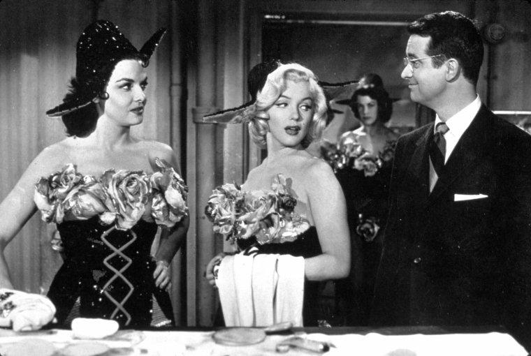 """1953 """"Gentlemen prefer blondes"""" (Les hommes préfèrent les blondes) de Howard HAWKS (photos de Marilyn recevant le prix """"Photoplay magazine"""" lors du tournage du film et aux côtés de Natasha LYTESS, son professeur d'Art Dramatique)  /  AUTOUR DU FILM / Étonnamment pour une comédie musicale de cette importance, il n'existe pas de bande originale digne de ce nom, que des chansons éparpillées sur des compilations. Pourtant les masters existent toujours à la Fox puisque la compilation """"The Diamond Collection"""" nous offre de bons enregistrements de chansons telles que """"Anyone Here For Love"""". Pour l'anecdote, cette chanson devait finir simplement par une image de Jane RUSSELL portée en triomphe par les gymnastes, mais lors du final, l'un d'entre eux l'a poussé involontairement dans la piscine et la scène a été retournée avec une Jane RUSSELL toute mouillée pour inclure le plongeon involontaire. C'est la version originale qu'on entend sur le CD et qu'on peut,  là encore, voir dans la bande annonce du film."""