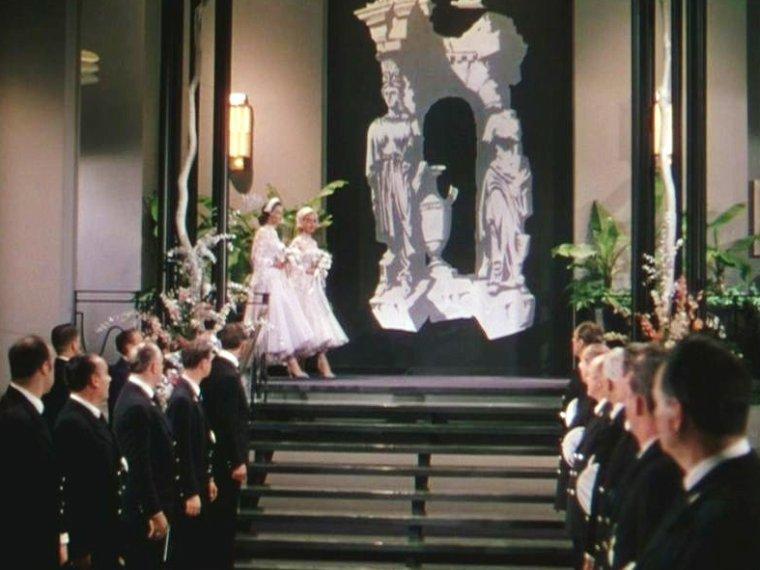 """1953 """"Gentlemen prefer blondes"""" (Les hommes préfèrent les blondes) de Howard HAWKS / CRITIQUE (part 3) / Une autre preuve (toujours renouvelée dans ses ½uvres) du génie comique de HAWKS est son sens incroyable du rythme, mieux même : de l'accélération. Il n'hésite pas à empiler de nouvelles situations, de nouveaux lieux, de nouveaux personnages tant que cela sert la puissance drolatique du récit. Le cinéaste est un véritable virtuose de la chose, car il sait le faire de sorte à nourrir le film plutôt qu'à l'étouffer. Les blagues se répondent, se croisent, resurgissent quant on les croyait épuisées – le dénouement parisien, entre échange d'identité, remariage et fausse ingénuité, est un modèle d'enchevêtrement des gags précédents pour aboutir à de nouveaux encore plus hilarants. C'est simple, on est dans un état d'émerveillement et de surprise permanent..."""