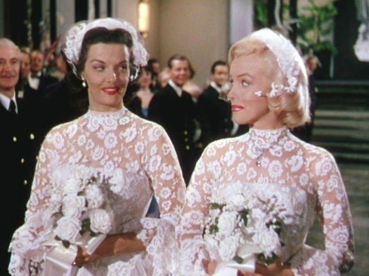 """1953 """"Gentlemen prefer blondes"""" (Les hommes préfèrent les blondes) de Howard HAWKS / CRITIQUE (final) / Dans le cas particulier des """"Hommes préfèrent les blondes"""", le film est en plus relevé par quelques pépites inoubliables : le duo Marilyn – Jane RUSSELL à la complicité royale, et bien sûr le numéro musical """"Diamonds are a girl's best friends"""" qui est rentré dans le panthéon des scènes cultes du 7ème art."""