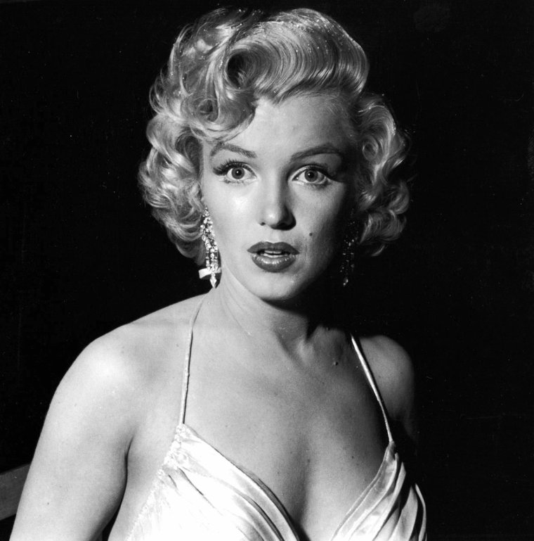 """Le 4 décembre 1953, Marilyn participe au """"Children's Benefit"""" (un gala de charité pour les enfants) au """"Shrine Auditorium"""" de Los Angeles. Au cours de cette soirée, Marilyn danse avec Danny THOMAS, puis discute avec Jack CARSON et les comiques Jack BENNY et Bob HOPE."""