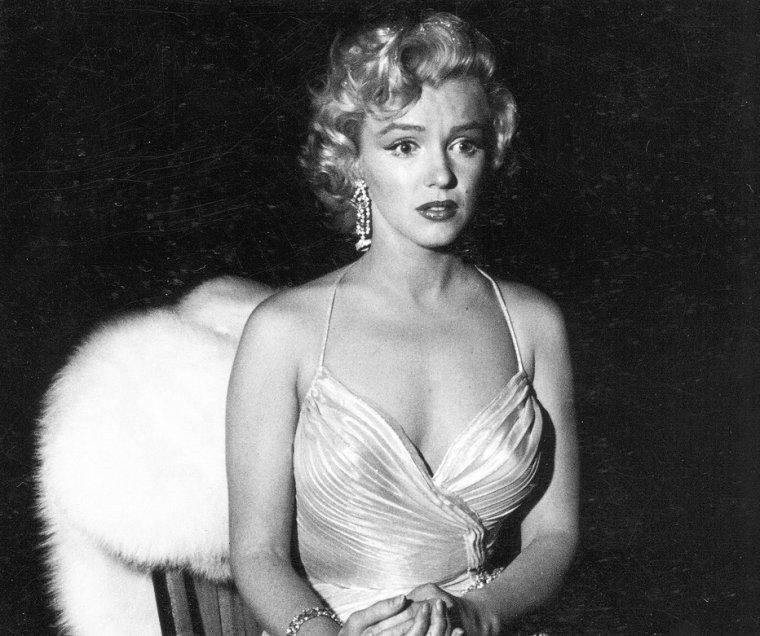 """Le 4 décembre 1953, Marilyn participe au """"Children's Benefit"""" (un gala de charité pour les enfants) au """"Shrine Auditorium"""" de Los Angeles. Au cours de cette soirée, Marilyn danse avec Danny THOMAS, puis discute avec Jack CARSON et les comiques Jack BENNY et Bob HOPE (part 2)."""