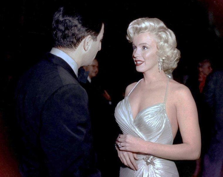 """Le 4 décembre 1953, Marilyn participe au """"Children's Benefit"""" (un gala de charité pour les enfants) au """"Shrine Auditorium"""" de Los Angeles. Au cours de cette soirée, Marilyn danse avec Danny THOMAS, puis discute avec Jack CARSON et les comiques Jack BENNY et Bob HOPE (part 3)."""