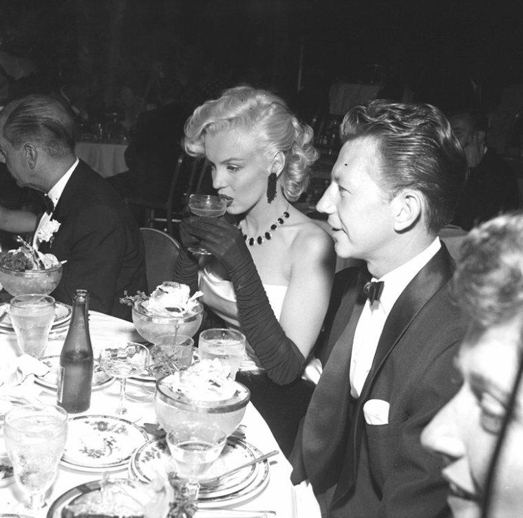 """1er Janvier 1953, c'est au bras de son fiancé Joe DiMAGGIO que Marilyn se rend à la soirée du Nouvel An organisée au """"Coconut-grove"""" de l'Ambassador Hôtel ; on pourra y voir entre autres, Louella PARSONS, Donald O'CONNOR ou encore Cole PORTER (part 2)."""