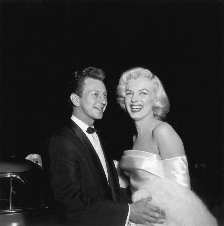 """Le 4 mars 1953 Marilyn se rend à la première du film """"Call me Madam"""" dans lequel jouent Donald O'CONNOR et Ethel MERMAN, ses partenaires à l'écran dans le film """"There's no business like show-business"""". Elle sera prise en photo en compagnie de Donald O'CONNOR, de Helmut DANTINE, qui joue dans le film, et de Ken MURRAY qui l'interviewa pour l'occasion."""