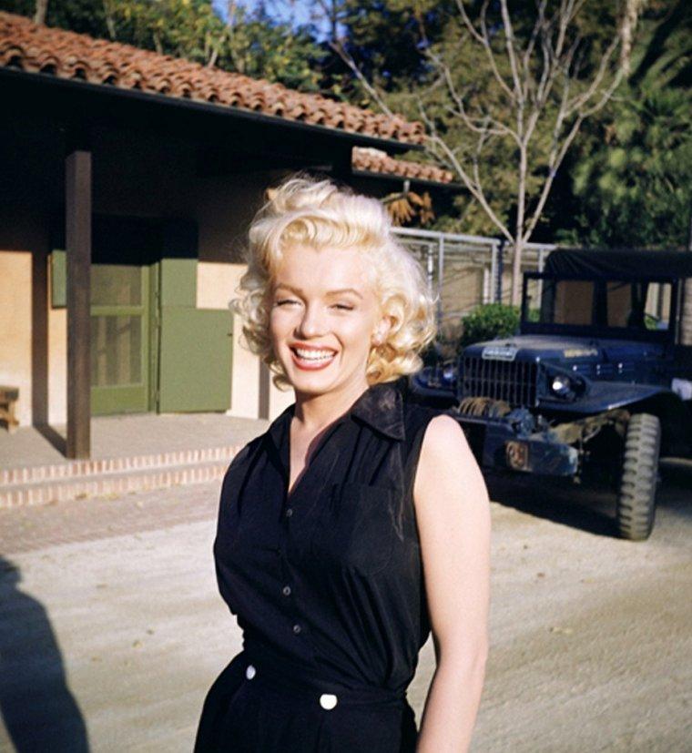 """Dans les coulisses de la publicité que tourne Marilyn pour """"Coca-Cola"""" en 1953, qui prit place dans l'immense propriété nommée """"GreenAcres"""", appartenant à l'acteur Harold LLOYD, qui par la même occasion, prend ces photographies du tournage. Longtemps restés inédits, la plupart des clichés seront dévoilés au public bien après la mort d'Harold LLOYD."""