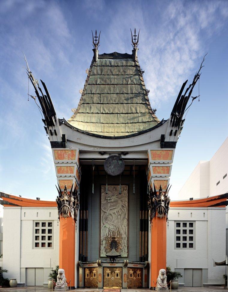 """Le 26 Juin 1953, Marilyn et Jane RUSSELL apposent leurs empreintes sur le trottoir, dans du ciment frais, du """"Grauman's Chinese Theatre"""" / Le """"Grauman's Chinese Theatre"""" (Théâtre chinois de Grauman) est une salle de cinéma située au 6928 Hollywood Boulevard, à Los Angeles en Californie. Elle se situe également le long du très célèbre et historique Walk of Fame. La construction du """"Grauman's Chinese Theatre"""" a débuté en janvier 1926, sous l'impulsion d'un groupe d'investisseurs mené par Sid GRAUMAN. Celui-ci est à l'époque le propriétaire du """"Grauman's Egyptian Theatre"""", situé à proximité, et ouvert en 1922. Après dix-huit mois de travaux, le """"Grauman's Chinese Theatre"""" ouvre ses portes le 18 mai 1927 et accueille la première du film """"Le Roi des rois"""", du réalisateur américain Cecil B. DeMILLE. Depuis, des centaines d'avant-premières et de soirées d'anniversaires y ont été organisées, ainsi que trois cérémonies des Oscars, de 1944 à 1946. En 1973, la salle est rachetée par Ted MANN, du groupe """"Mann Theatres"""", qui la rebaptise """"Mann's Chinese Theater"""". En 1979, il fait construire deux nouvelles salles, d'une capacité moindre. En 2001, le théâtre chinois est intégré au centre commercial """"Hollywood and Highland Center"""". Les deux salles additionnelles sont détruites et remplacées par le """"Kodak Theater"""", qui accueille la cérémonie des Oscars depuis 2002..."""