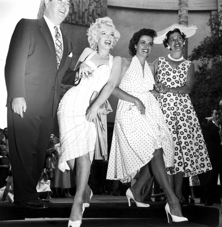 """26 Juin 1953 """"Grauman's Chinese Theatre"""" (part 4) / ANECDOTE / """"C'est pour toujours, n'est-ce pas ?"""" demanda Marilyn à Jane au moment fatidique d'apposer ses empreintes. Elle était submergée par l'émotion tant cet honneur est réservée aux plus grandes stars."""