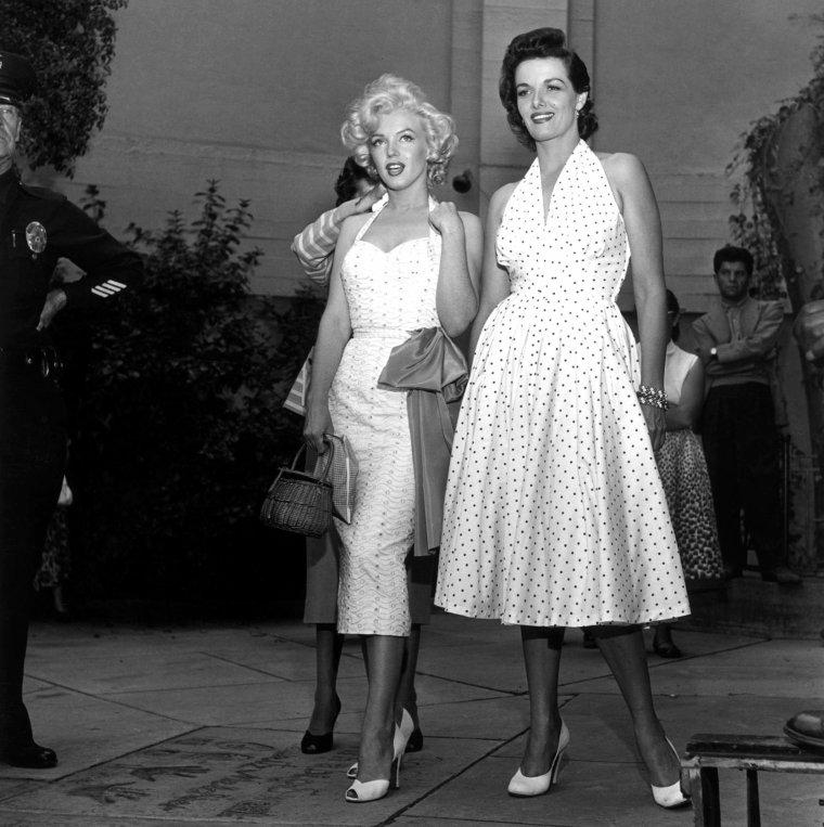 """26 Juin 1953 """"Grauman's Chinese Theatre"""" (part 5) / PETITE HISTOIRE / Le jour même de la cérémonie, Gladys WHITTEN (RASMUSSEN), sa coiffeuse, reçut un coup de fil affolé de Marilyn : """"J'ai besoin de toi, s'il te plaît Gladness. S'il te plaît, vient, et amène aussi ta maman. """" La situation semblait grave à en juger par la voix, jusqu'à ce que Marilyn explique : """"Je ne sais pas quelle robe mettre !"""" Gladys, qui habitait dans un autre quartier de Los Angeles, bondit dans sa voiture : """"On aurait dit une gamine ! Je ne pouvais pas m'empêcher de l'aider."""""""