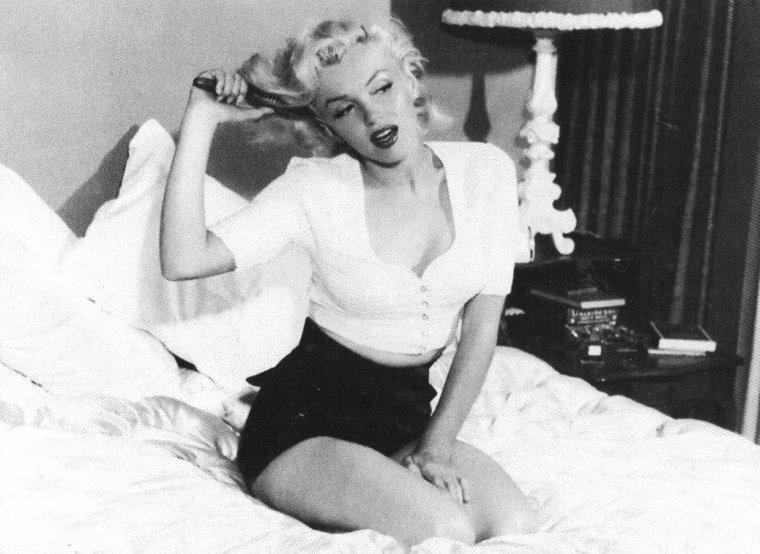 1953, deux séries de photos de Marilyn la montrant chez elle à DOHENY DRIVE sous l'oeil de Bob BEERMAN (part 2).