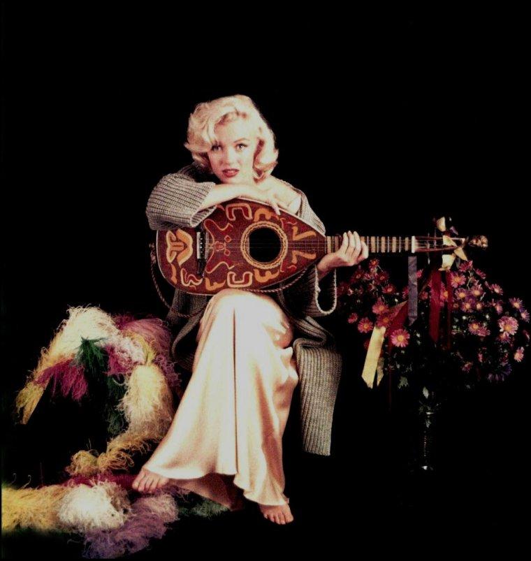 """1953, Marilyn toujours vue par Milton GREENE avec cette session photo dite """"Mandolin""""."""