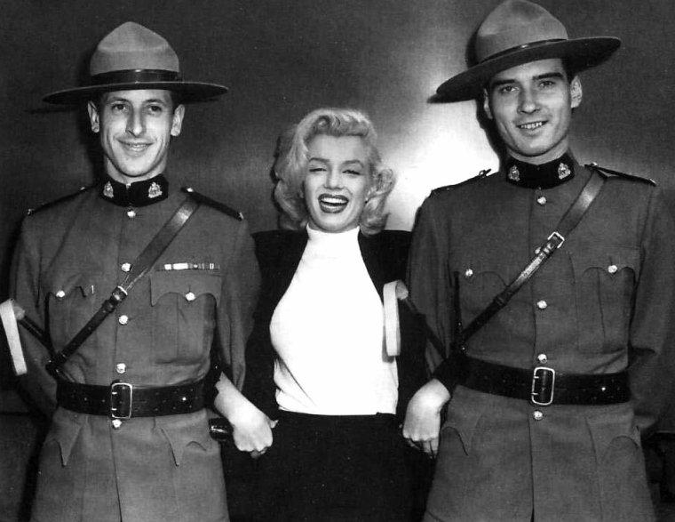"""Le 25 juillet 1953, Marilyn se rend à Seattle pour prendre l'avion en direction du Canada, pour tourner les scènes extérieures de """"River of no return"""" (La rivière sans retour) réalisé par Otto PREMINGER, avec l'acteur Robert MITCHUM. Elle fait une escale à Vancouver, où elle est interviewée par des journalistes de la presse locale, puis se rend à Jasper, et part en voiture à Alberta, où se trouve son hôtel : un chalet du """"Banff Spring Hotel""""."""