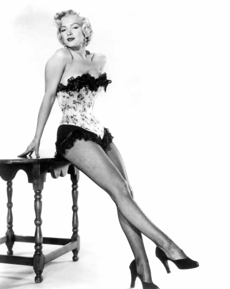 "1953, photos publicitaires de Marilyn en corset, signées Bruno BERNARD et Frank POWOLNY pour le film ""River of no return"" d'Otto PREMINGER."