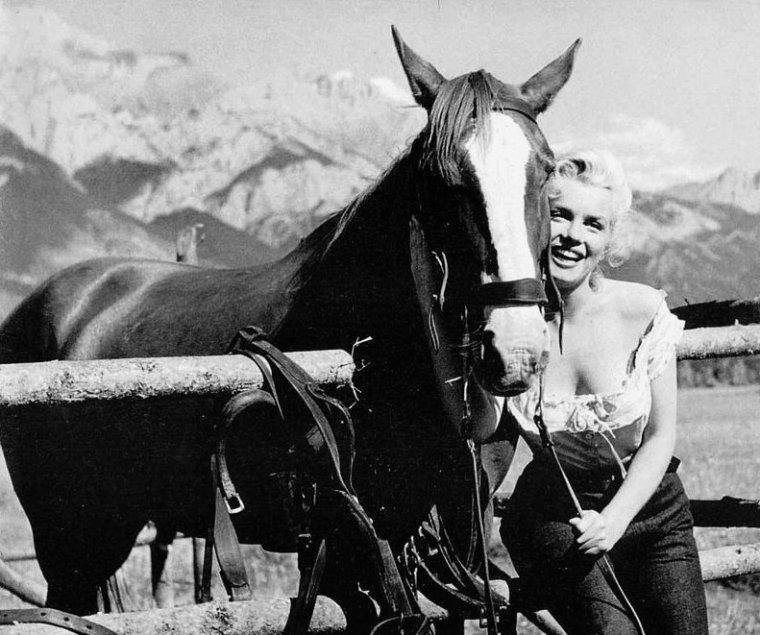 """Marilyn pose sur le tournage du film """"River of no return"""" (La rivière sans retour) d'Otto PREMINGER."""