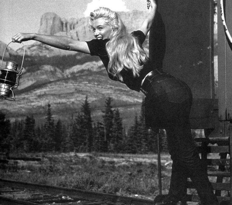 """""""River of no return"""" (La rivière sans retour) d'Otto PREMINGER (photos du film et Marilyn posant lors du tournage pour une session publicitaire)."""