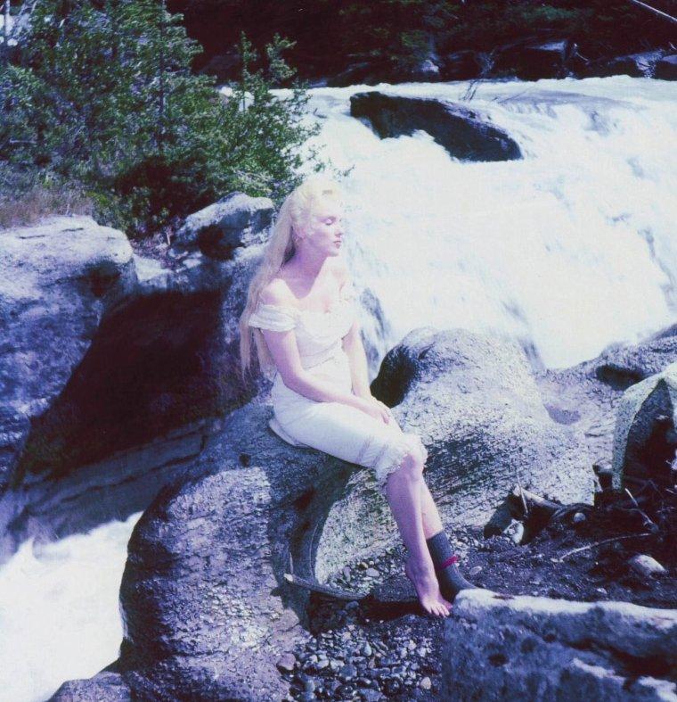 """1953 """"River of no return"""" (La rivière sans retour) d'Otto PREMINGER / ACCIDENT / En 1953, alors qu'elle tourne """"La rivière sans retour"""", Marilyn se fait une entorse à la cheville. Pendant longtemps on a prétendu qu'elle avait simulé pour se venger du réalisateur avec lequel elle entretenait des relations tendues. On sait aujourd'hui qu'il n'en est rien et qu'au contraire, l'actrice a fait preuve du plus grand professionnalisme. En effet, les archives du médecin canadien qui l'a soignée dans un premier temps, révèle """"une entorse sévère de la cheville gauche avec suspicion de déchirure ligamentaire et d'arrachement osseux nécessitant une immobilisation complète"""". Le diagnostic est corroboré par les clichés radiographiques effectués après la fin du tournage dans un hôpital new-yorkais. De fait, la cheville de Marilyn, fragilisée par des antécédents d'entorses multiples, sera plâtrée pendant près de six semaines. Sur le tournage elle refuse le plâtre et se contente d'un bandage mais ne peut faire autrement que d'accepter les béquilles. En effet, il lui est impossible de s'appuyer sur son pied et ne peut porter une chaussure. Même en béquilles, elle saura se montrer fidèle à elle-même : fragile mais ô combien attirante.  En somme, la plus célèbre des entorses du cinéma mondial."""