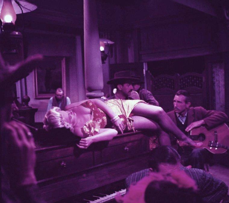 """""""River of no return"""" (La rivière sans retour) d'Otto PREMINGER / SCENE FINALE où Marilyn chante """"River of no return"""" (photos et paroles de la chanson)."""