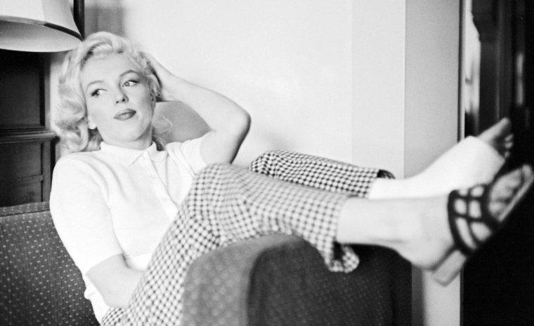 """1953, Marilyn dans son chalet à Banff (Canada) lors du tournage du film """"River of no return"""" d'Otto PREMINGER, sous l'objectif de John VACHON (part 3)."""
