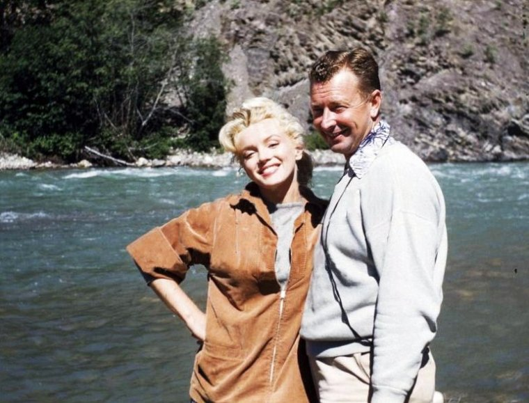 """1953, BONUS PHOTOS de Marilyn au Canada lors du tournage du film """"River of no return"""" d'Otto PREMINGER / On peux voir Marilyn aux côtés d'Otto, de Tommy RETTIG, de Robert MITCHUM et Joe DiMAGGIO, d'allan SNYDER, ou encore de Marilyn et Robert rentrant au pays une fois les extérieurs du film terminés."""