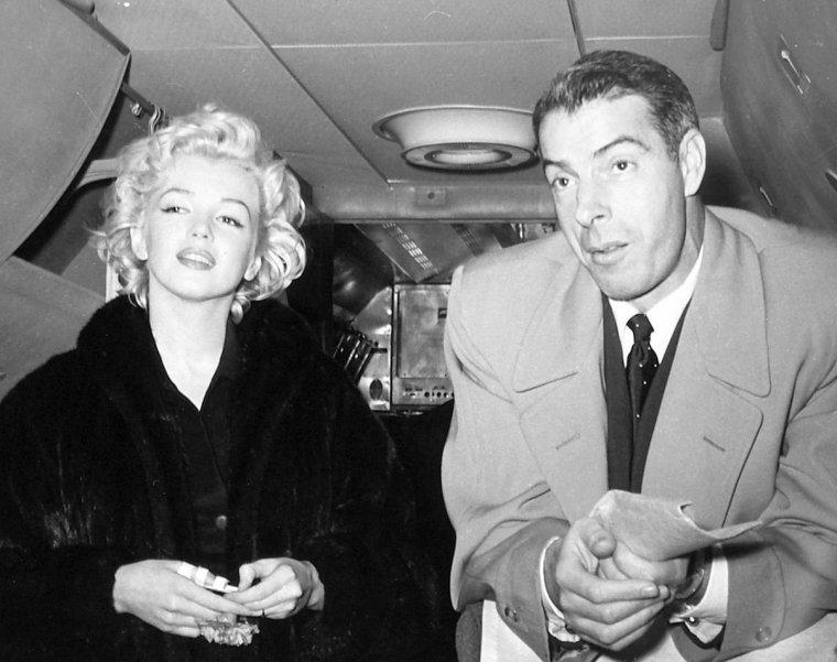 """A l'aéroport de Tokyo, des centaines de fans attendent l'arrivée de Marilyn. Elle descend d'avion accompagnée de Joe et de Lefty. Marilyn salue la foule en descendant de l'avion, mais la foule est si hystérique, qu'on demande à Marilyn, à Joe et à Lefty de remonter dans l'avion, le temps de mettre en place le service de sécurité. Des hordes de policiers sont présents, et ils vont escorter Marilyn et Joe jusqu'à """"l'Imperial Hotel"""", où les attendent là aussi, une foule toute aussi excitée. L'arrivée à l'Imperial Hotel dans la cohue ! Ces photos ont été prises à leur arrivée par Kashio AOKI qui était le manager du cargo pour la compagnie """"Pan American Airlines"""", et avait été assigné pour suivre le jeune couple pour leur voyage de noces au Japon. Pendant plus d'un demi siècle, AOKI avait gardé ces photos dans son album personnel dédié à la mémoire de Marilyn. Ce n'est qu'à la fin du XXème siècle qu'AOKI céda les droits en revendant ses photos à la société """"Edward Weston Collection""""."""