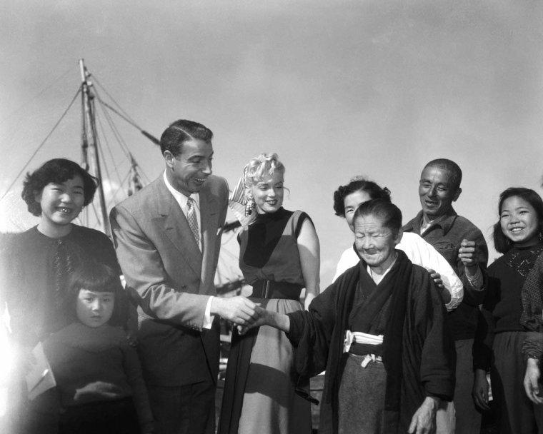 1954, toujours à Yokohama, Marilyn et joe visitent à pied un petit village de pêcheurs.