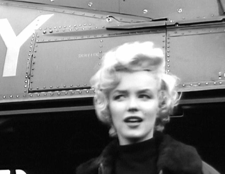 """Ce soir là, à la base de la """"7th Infantery"""", elle est l'invitée d'honneur à un dîner tenu par 55 officiers. Marilyn porte une robe en laine rouge et noir (en fait, une robe qu'elle porte dans le film """"Les hommes préfèrent les blondes""""). Une conversation téléphonique entre Marilyn et son époux Joe, resté au Japon, fut interceptée par les transmetteurs et diffusée publiquement sur les haut-parleurs ! Après avoir parlé d'une manière enjouée de ses prestations, Marilyn demande:  -""""Joe, tu m'aimes encore ? Est-ce que je te manque ?""""   -Un long silence se fit entendre, puis Joe répondit tout de même """"Oui"""". Mais, détestant le fait d'avoir été ridiculisé, il se montra ensuite très tendu.  A chaque étape de la tournée, Marilyn était invitée au mess des officiers pour bénéficier d'un traitement de VIP. La première fois qu'on essaya de l'y escorter, elle désigna l'orchestre """"Anything Goes"""" qui l'accompagnait sur scène, et dit : """"Je n'irai pas au mess des officiers sans mes gars. Là où je vais, ils viennent aussi."""""""