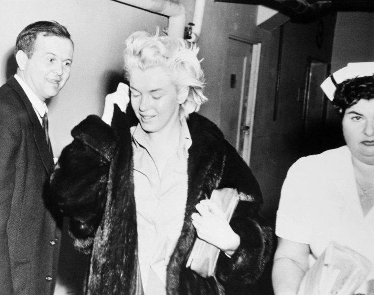 """Marilyn est hospitalisée le 7 novembre 1954 au """"Cedars Hospital of Lebanon"""" de Los Angeles pour subir une opération gynécologique. Le lendemain, Joe lui rend visite. (photos + ARCHIVES VIDEO)."""