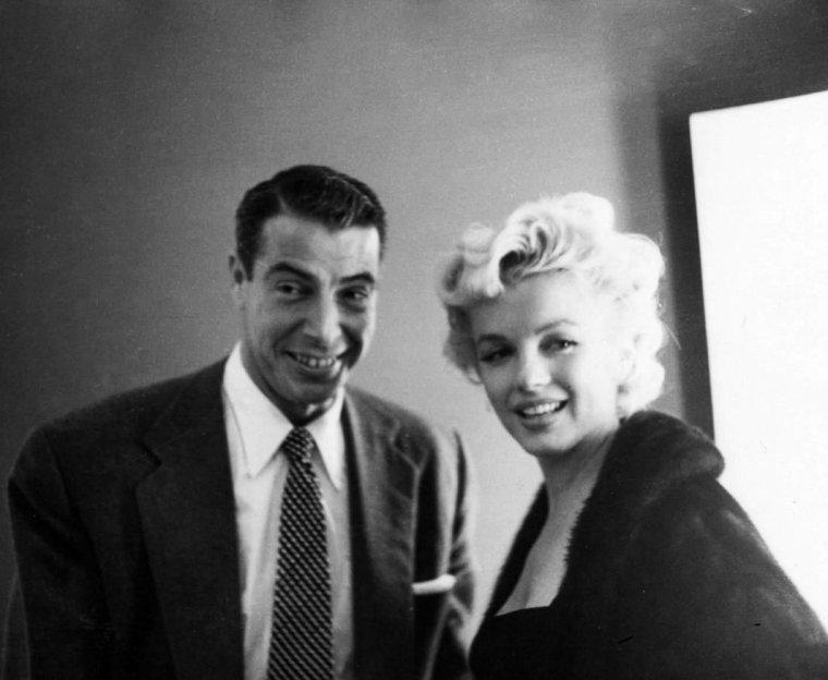 """1954, Marilyn se fait belle sous l'objectif de Sam SHAW pour assister aux côtés de Joe à la pièce de théâtre """"Theahouse of the august moon"""" avec entre autres, l'acteur Carol HANEY dont le couple visite la loge. Dans la soirée, le couple dînera au """"Stork Club""""."""