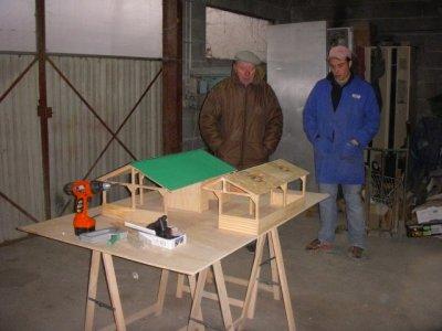2e jour de construction de la maquette 17h30  on a fini et papi vient verifier le chantier