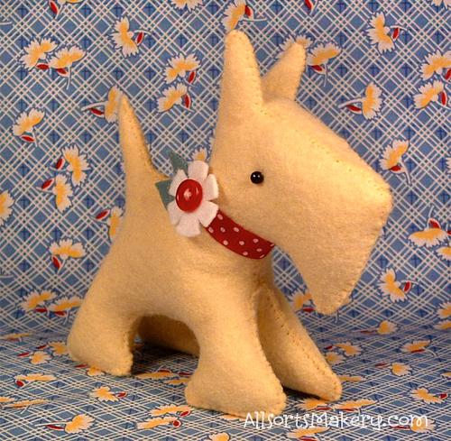 Coudre un chien en tissu ou en feutrine pour vos poupées.