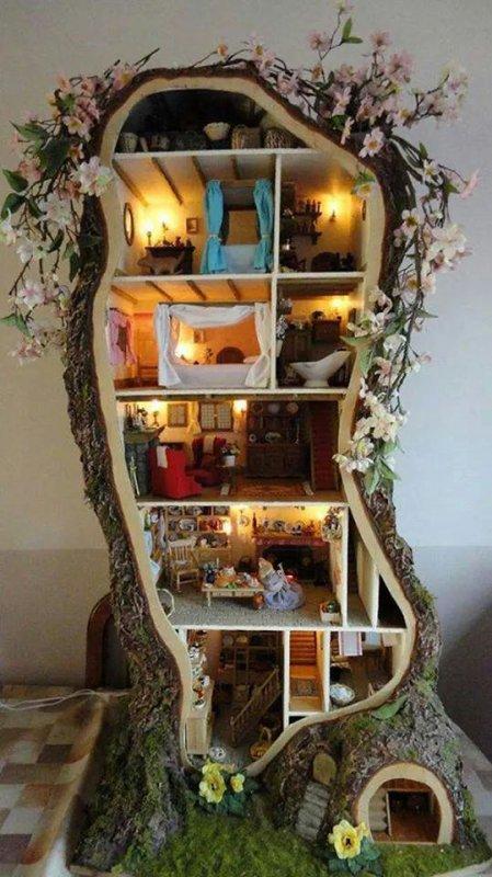 Une maison de poup e dans un tronc d 39 arbre les poup es - Maison en tronc d arbre ...