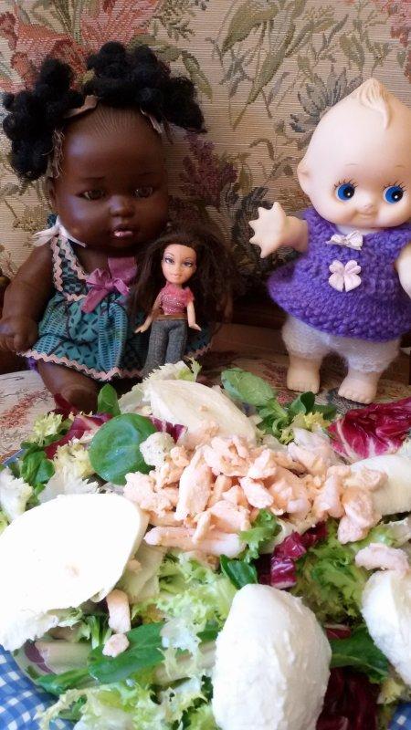 Il fait bien moins dans le Sud, mais c'est encore un temps à manger une salade composée, ses demoiselles se sont attablées.