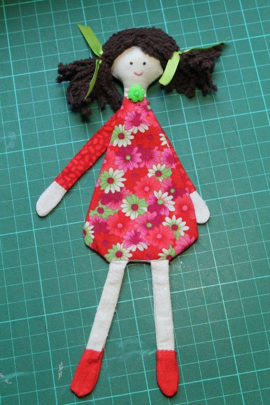 Réalises une poupée marque-pages en tissu