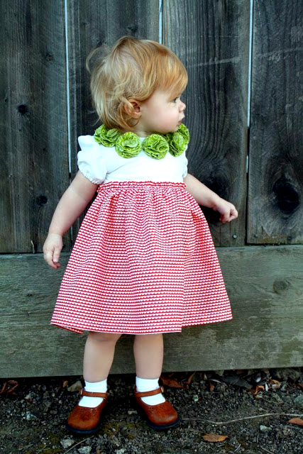 En mode couture, réalises une robe avec encolure pompon pour ton reborn, ou  ta fifille.