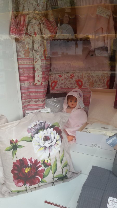 Un poupon Bella en vitrine à Toulon