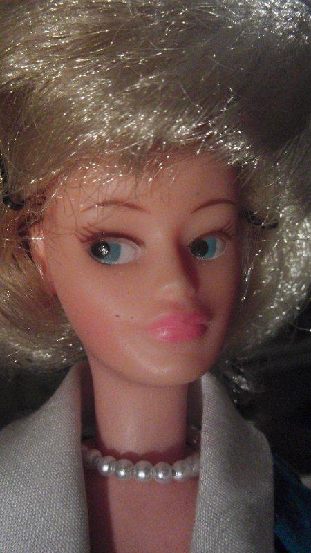 Quand on aime on ne compte pas, une Tressy blonde .aux yeux verts vient d'être vendue sur e... pour 176 euros!
