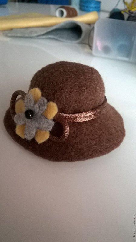 Réalises une  jolie capeline pour ta poupée ou ton ours.