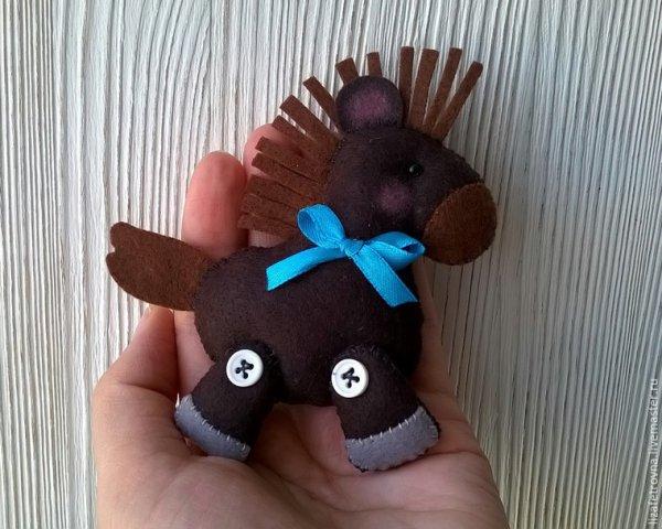 Couds un  adorable petit poney pour ta poupée.