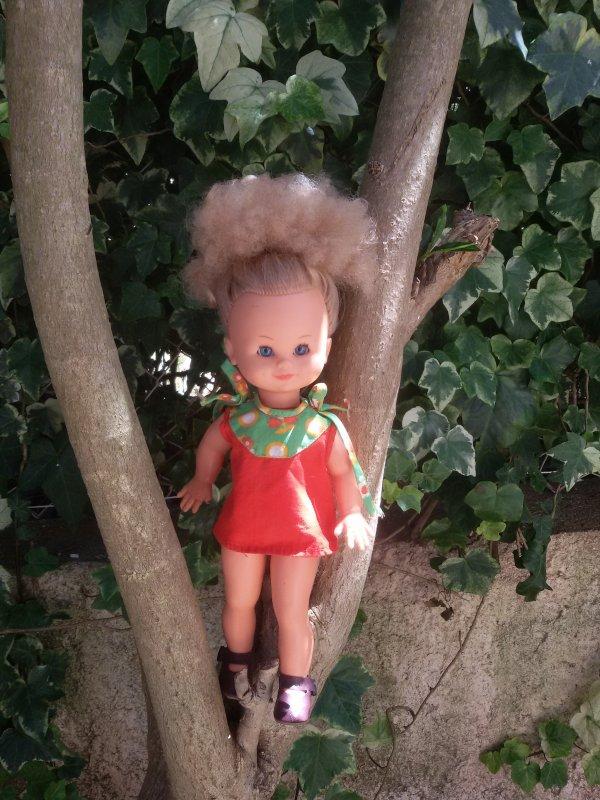 Muriel a trouvé une robe griffée Bella dans les malles.