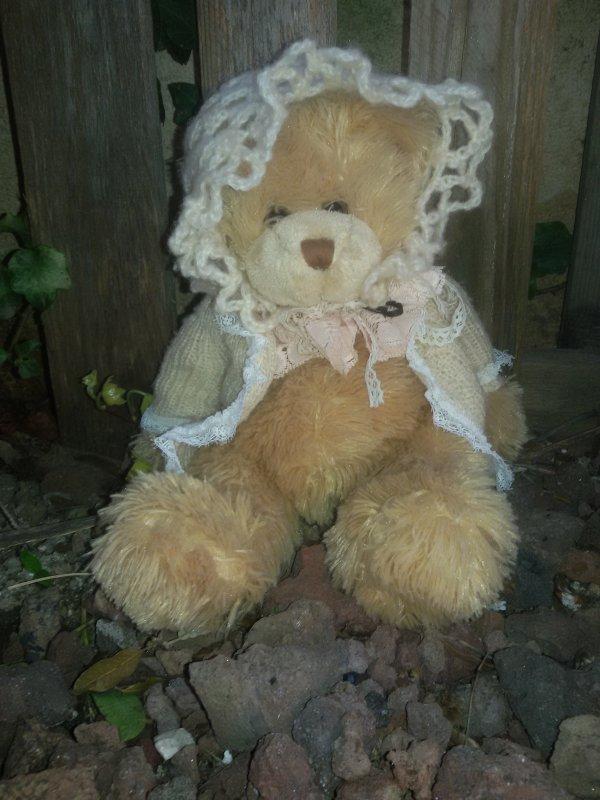 Avec ma jolie tenue et mon ours.