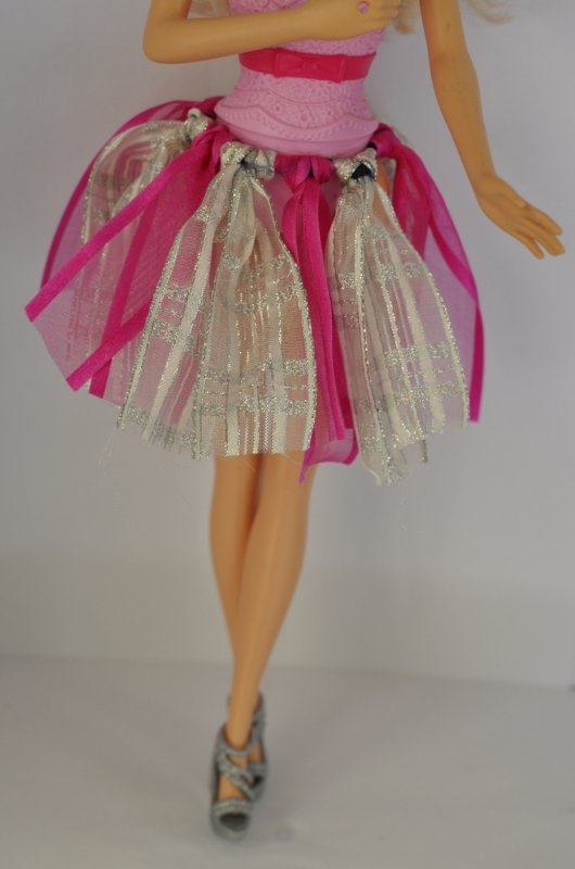 Réalises un tutu facilement pour Barbie, adaptable à toutes  les poupées.  Pas de couture!