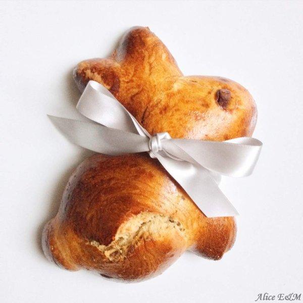 Une brioche en forme de lapin de Pâques
